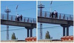 «Спасите!». Маленькая девочка обняла женщину, которая хотела прыгнуть с моста в Туркестане