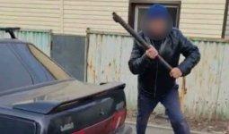 Мужчина набросился с топором на судебного исполнителя и полицейских в Нур-Султане