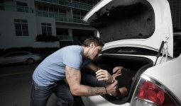 Мужчину затолкали в автомобиль и вывезли в заброшенный дом в Карагандинской области