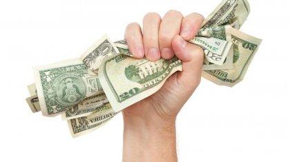 Из долларов в тенге переводят свои вклады казахстанцы – Нацбанк