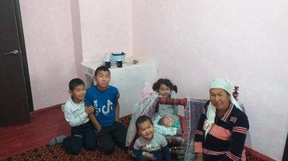 Выпускники подарили квартиру многодетной маме в Туркестанской области