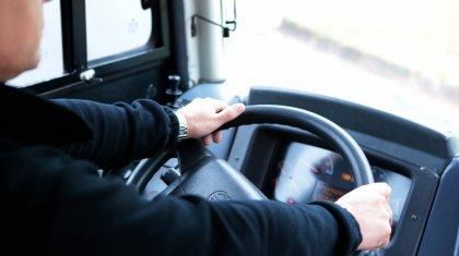 Полицейский снял на видео оправдания водителя автобуса, выехавшего на встречку в столице