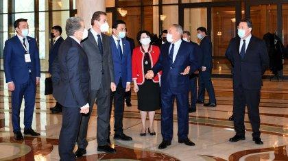 Нурсултан Назарбаев посетил казахский музыкально-драматический театр