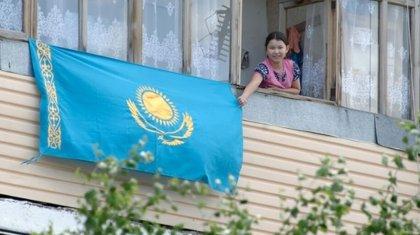 Казахстанцам разрешили вешать флаг страны на балконах