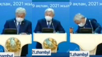 Герб Казахстана упал на отчетной встрече акима Жамбылской области
