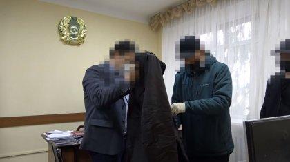 Чиновника и офицера подозревают в получении взятки в СКО