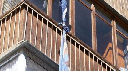 Мужчина пытался спуститься по простыням с балкона и сорвался в Экибастузе