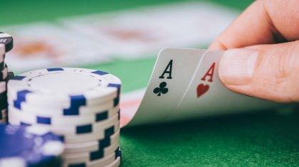 Двое атыраусцев организовали незаконное казино для игры в покер в бильярдной