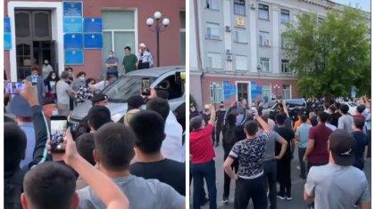 Возмущенные карагандинцы устроили акцию протеста против собрания ЛГБТ-активистов