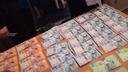 Взятка в долларах и тенге: житель ЗКО пытался «договориться» с полицейским