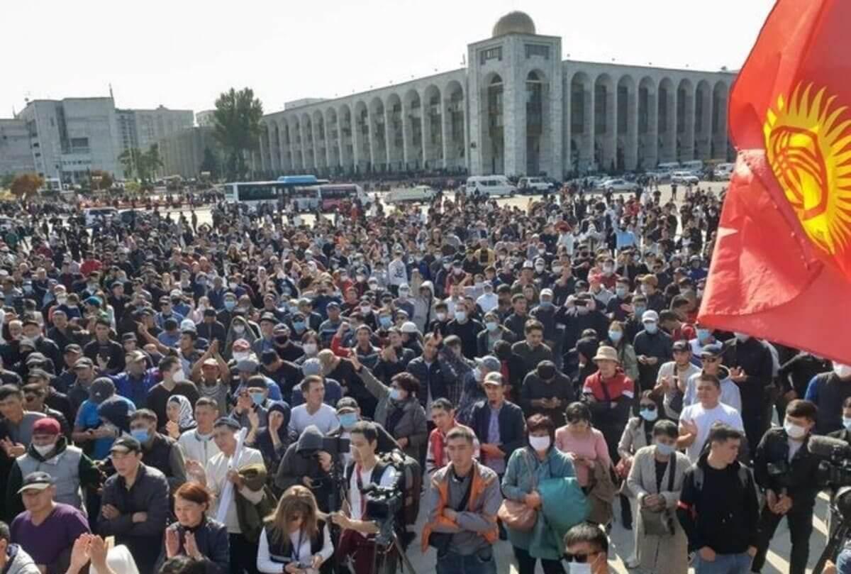 В парламент Кыргызстана проходят 4 партии. Проигравшие объявили бессрочный  митинг