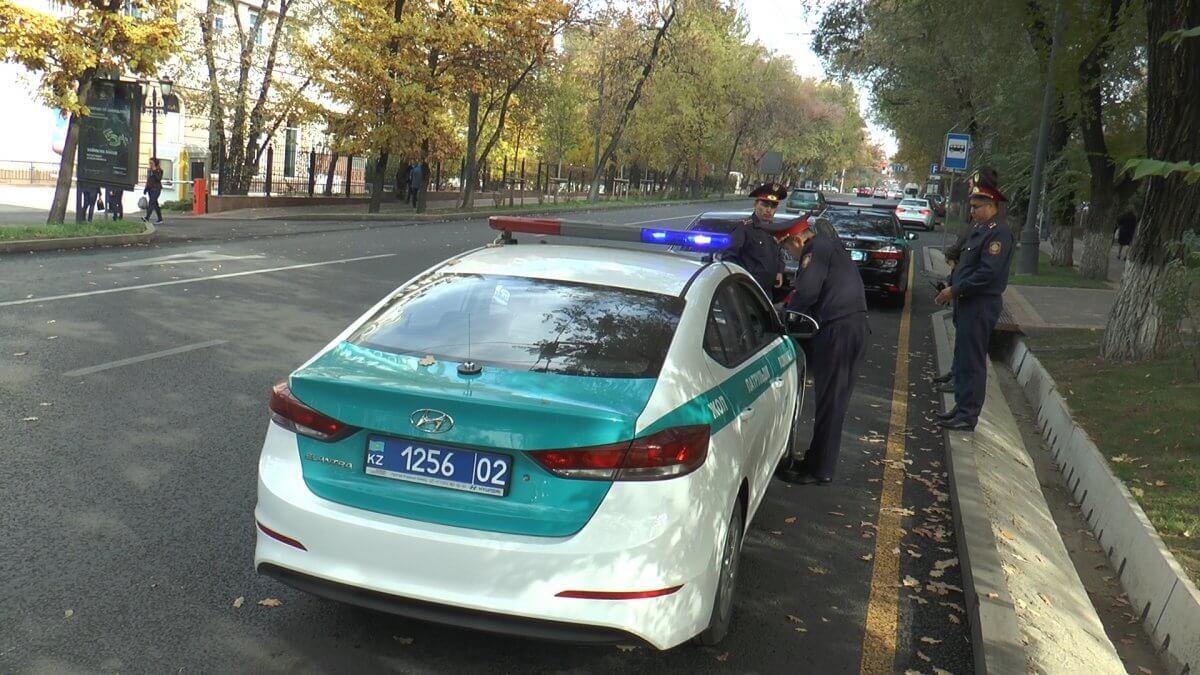 Жительница Алматы сбила полицейского и обвинила его в повреждении автомобиля