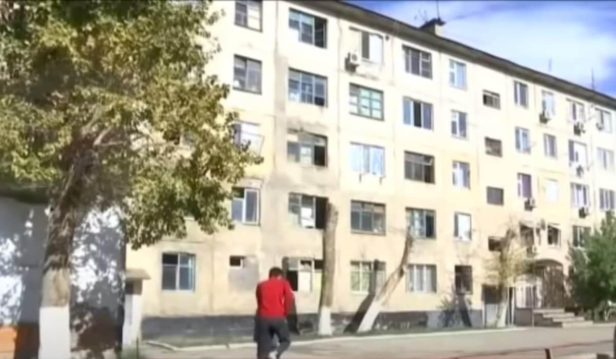 Мужчина изнасиловал девочку в ее же квартире в Актобе